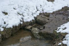 Μικρό ρεύμα μετά από το ελαφρύ χιόνι στοκ εικόνα