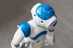 Μικρό ρομπότ με το ανθρώπινο πρόσωπο και το σώμα AI Στοκ Εικόνα