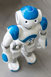 Μικρό ρομπότ με το ανθρώπινο πρόσωπο και το σώμα AI Στοκ Φωτογραφίες