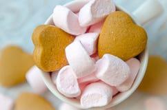 Μικρό ρόδινο marshmallow με τα μπισκότα στο φλυτζάνι Στοκ Φωτογραφία