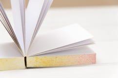 μικρό σημειωματάριο στο άσπρο γραφείο Στοκ φωτογραφίες με δικαίωμα ελεύθερης χρήσης