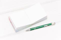 μικρό σημειωματάριο στο άσπρο γραφείο Στοκ Εικόνες