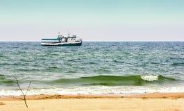 Μικρό σκάφος στη θάλασσα πλησίον Στοκ Εικόνα
