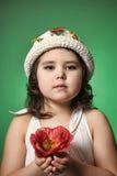 Μικρό σκοτεινός-μαλλιαρό κορίτσι με την κόκκινη παπαρούνα στοκ εικόνα με δικαίωμα ελεύθερης χρήσης