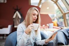 Μικρό σπάσιμο για τον καφέ και την ανάγνωση Στοκ Εικόνες