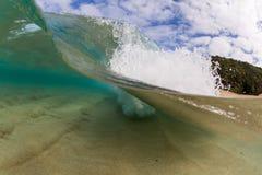 Μικρό σπάσιμο κυμάτων πέρα από την αμμώδη παραλία στον κόλπο Χαβάη waimea Στοκ Φωτογραφίες
