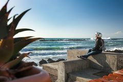 Μικρό σπάσιμο στο ταξίδι μοτοσικλετών Προσέχοντας ωκεάνια κύματα στοκ εικόνα
