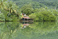 Μικρό σπίτι στην άκρη του νερού στο τροπικό δάσος στοκ φωτογραφία με δικαίωμα ελεύθερης χρήσης