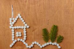 Μικρό σπίτι στο δασικό σύνολο snowdrifts Επίπεδος βάλτε Στοκ Φωτογραφία