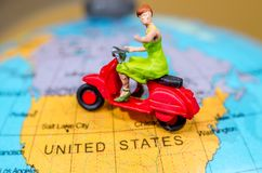 μικρό ταξίδι χαρτών του Δουβλίνου έννοιας πόλεων αυτοκινήτων Μικροσκοπική μοτοσικλέτα γύρου αριθμού γυναικών Στοκ Φωτογραφίες