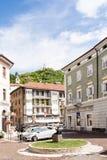 Μικρό τετράγωνο στο Borgo Valsugana, ένα χωριό στις ιταλικές Άλπεις Στοκ Φωτογραφία