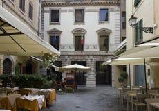 Μικρό τετράγωνο Lucca στο κέντρο της πόλης Στοκ φωτογραφία με δικαίωμα ελεύθερης χρήσης