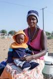 Μικρό της Ναμίμπια παιδί με τη μητέρα Στοκ Εικόνα