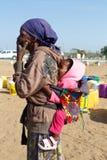Μικρό της Ναμίμπια παιδί στην πλάτη της μητέρας του Στοκ εικόνα με δικαίωμα ελεύθερης χρήσης