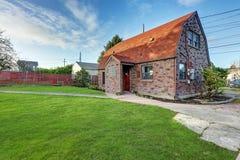 Μικρό τούβλινο σπίτι μια ηλιόλουστη ημέρα Στοκ Εικόνες