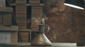 Μικρό φανάρι με την πυρκαγιά στο antic εκλεκτής ποιότητας κατάστημα απόθεμα βίντεο