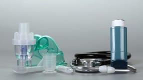 Μικρό φορητό και inhaler συμπιεστών, phonendoscope, σε γκρίζο Στοκ φωτογραφίες με δικαίωμα ελεύθερης χρήσης