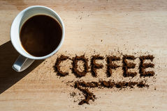 Μικρό φλυτζάνι καφέ σε έναν ξύλινο πίνακα Στοκ Φωτογραφία