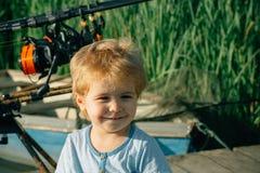 Μικρό χαμόγελο παιδιών στη λίμνη ή τον ποταμό στοκ εικόνες με δικαίωμα ελεύθερης χρήσης