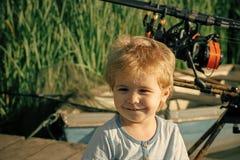 Μικρό χαμόγελο παιδιών στη λίμνη ή τον ποταμό στοκ εικόνες