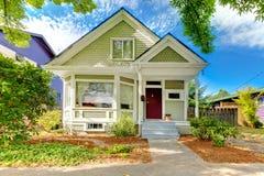 Μικρό χαριτωμένο αμερικανικό σπίτι βιοτεχνών Στοκ εικόνες με δικαίωμα ελεύθερης χρήσης