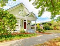 Μικρό χαριτωμένο αμερικανικό σπίτι βιοτεχνών Στοκ Εικόνες