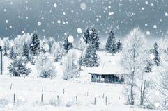 Μικρό χιονισμένο σπίτι στα βουνά Στοκ Φωτογραφίες