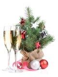 Μικρό χριστουγεννιάτικο δέντρο με ντεκόρ και δύο γυαλιά σαμπάνιας Στοκ φωτογραφίες με δικαίωμα ελεύθερης χρήσης
