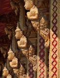Μικρό χρυσό γλυπτό στο βουδιστικό ναό στοκ εικόνες