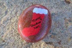 Μικρό χρωματισμένο βράχος κόκκινο με τη γυναικεία κάλτσα και τη Χαρούμενα Χριστούγεννα 2017 Χριστουγέννων Στοκ φωτογραφίες με δικαίωμα ελεύθερης χρήσης