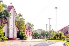 Μικρό χωριό με την εκκλησία και μερικά σπίτια στο εκλεκτής ποιότητας ύφος Στοκ εικόνα με δικαίωμα ελεύθερης χρήσης