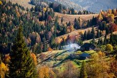 Μικρό χωριό στα Καρπάθια βουνά φθινοπώρου Στοκ φωτογραφίες με δικαίωμα ελεύθερης χρήσης