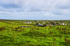 Μικρό χωριό στους απότομους βράχους Moher, Ιρλανδία στοκ εικόνα