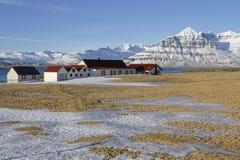 Μικρό χωριό στο παγωμένο τοπίο Στοκ φωτογραφία με δικαίωμα ελεύθερης χρήσης