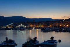 Μικρό χωριό Baska με τα σκάφη στη νύχτα, μακροχρόνια έκθεση, νησί Κ στοκ φωτογραφία