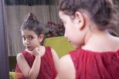 Μικρό όμορφο αραβικό Μεσο-Ανατολικό κορίτσι με το αρκετά κόκκινο φόρεμα α Στοκ Εικόνες