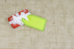 Μικρό δώρο Χριστουγέννων διακοπών με την κάρτα Στοκ φωτογραφία με δικαίωμα ελεύθερης χρήσης