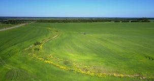 Μικρό gully μεταξύ των πράσινων τομέων με τα μηχανήματα φιλμ μικρού μήκους