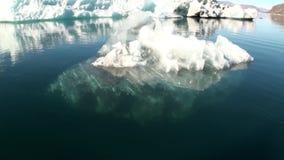 Μικρό Iicebergs που επιπλέει στη θάλασσα γύρω από τη Γροιλανδία φιλμ μικρού μήκους