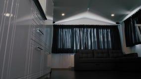 Μικρό kitchenette σε ένα στούντιο, εσωτερικός φωτισμός φιλμ μικρού μήκους