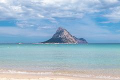 Μικρό mountany νησί που βλέπει από την παραλία Στοκ εικόνα με δικαίωμα ελεύθερης χρήσης