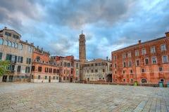 Μικρό plaza μεταξύ των σπιτιών. Βενετία, Ιταλία. Στοκ εικόνα με δικαίωμα ελεύθερης χρήσης
