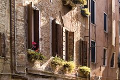 Μικρό plaza με τα ζωηρόχρωμα κτήρια στη Βενετία, Ιταλία Στοκ φωτογραφία με δικαίωμα ελεύθερης χρήσης