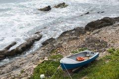 Μικρό rowboat με το σημαντήρα ζωής Στοκ Εικόνες