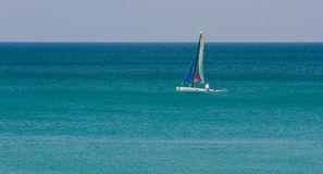Μικρό sailboat στη θάλασσα Andaman στοκ φωτογραφίες με δικαίωμα ελεύθερης χρήσης