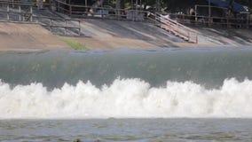 Μικρό spillway του υδρο φράγματος ηλεκτρικής δύναμης στην Ταϊλάνδη απόθεμα βίντεο