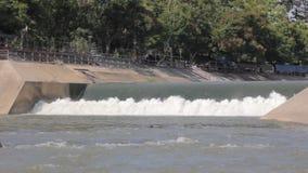 Μικρό spillway του υδρο φράγματος ηλεκτρικής δύναμης στην Ταϊλάνδη φιλμ μικρού μήκους
