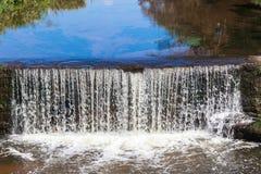 Μικρό Weir ποταμών νερό Στοκ φωτογραφία με δικαίωμα ελεύθερης χρήσης