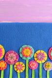 Μικτά αισθητά λουλούδια στο μπλε υπόβαθρο με την κενή θέση για το κείμενο Διαφοροποιημένο λουλούδι applique για τα παιδιά Στοκ φωτογραφία με δικαίωμα ελεύθερης χρήσης