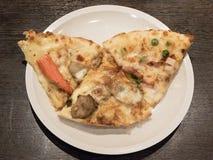 Μικτά ιταλικά τρόφιμα πιτσών στο άσπρο πιάτο στοκ φωτογραφίες